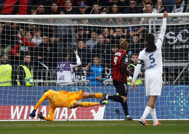 Kasper Dolberg scorer sit andet mål mod Lyon.