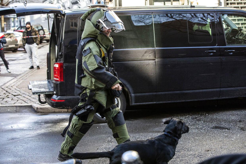 Politiets bomberydder på ved ned til reklamebureauet &Co på Adelgade. (Foto: Ólafur Steinar Rye Gestsson/Ritzau Scanpix)