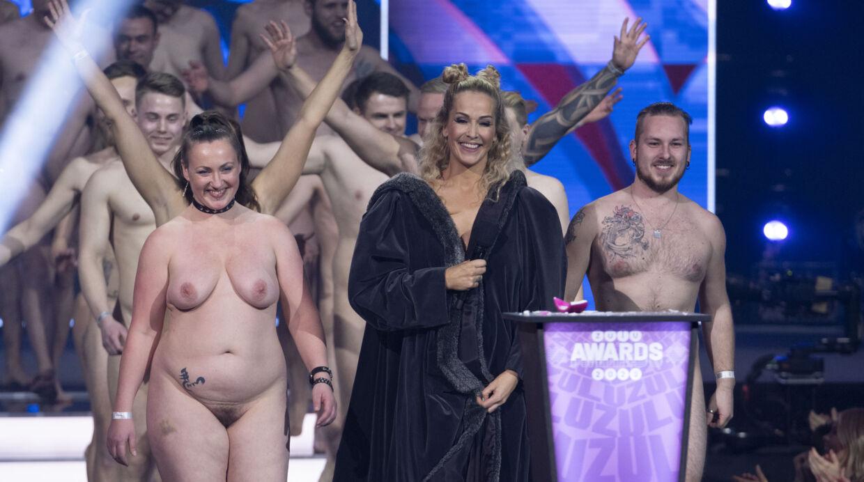 Ibi på scenen med 'Date mig nøgen'-deltagere.