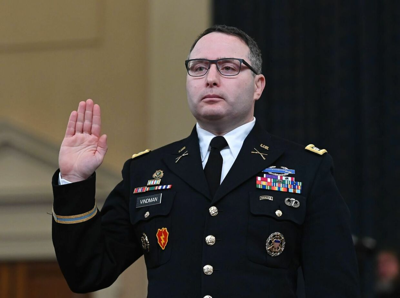 Den dekorerede oberstløjtnant Alexander Vindman vidnede imod Trump. Du er han fyret. Og trump opfrodrer til yderligere straf,