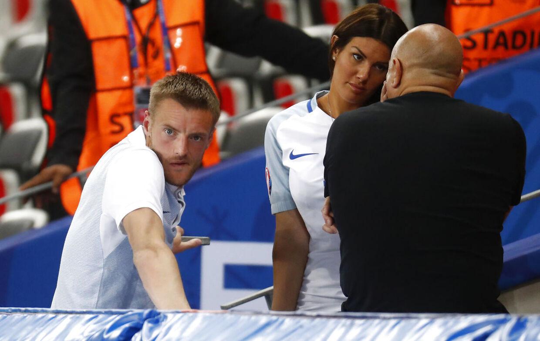 Rebekah Vardy ved siden af sin mand, Jamie Vardy, ved EM 2016.