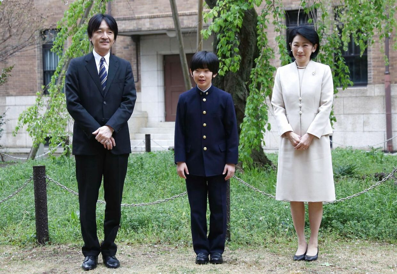 Prins Hisahito fotograferet samen med sin far prins Akishino og sin mor, prinsesse Kiko foran Ochanomizu University junior highschool i Tokyo, hvor han går.