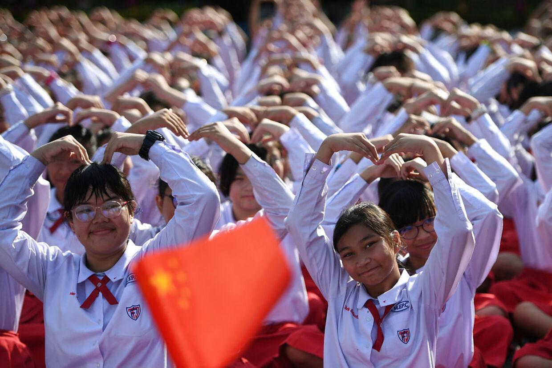 De thailandske elever laver en hjerteform på Valentins Dag for at støtte den kinesiske kamp mod coronavirussen.