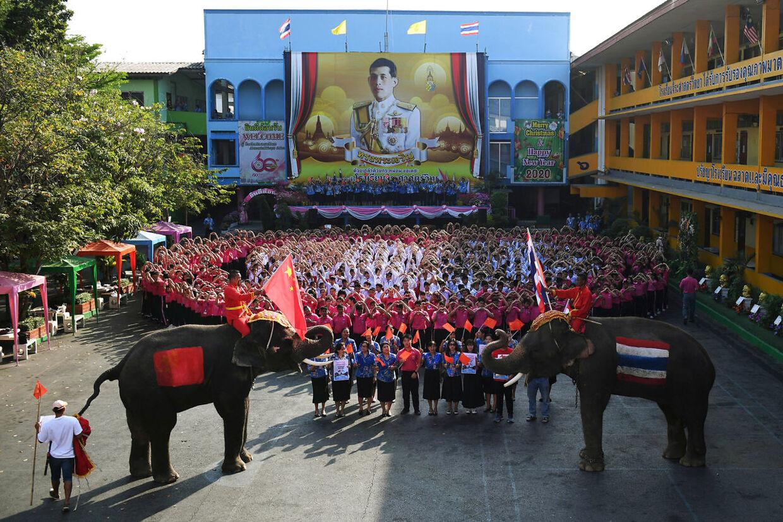 Eleverne sang 'Kina bliv ved med at kæmpe' da de sendte en Valentines Day-hilsen til Kina, der kæmper mod coronavirussen.