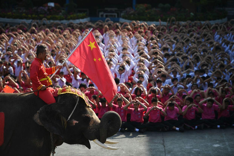Det kinesiske flag bar mahouten på den ene elefant.