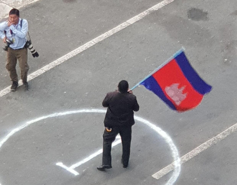 Der blev viftet med flag.