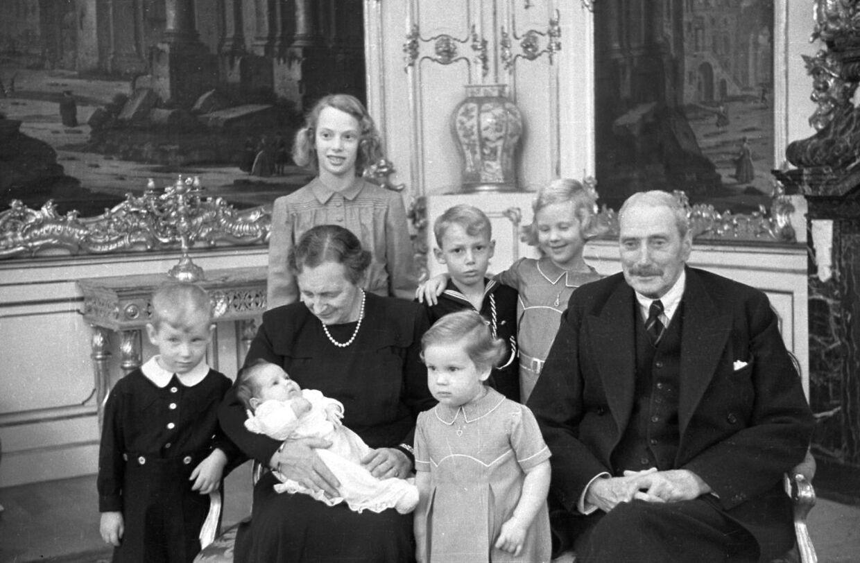 Forholdet var tæt mellem Frederik IX's og prins Knuds børn, da de var små. Børnene var jævnaldrende, og de så ud til at hygge sig sammen. Men det tætte forhold gled ud i sandet, da tronfølgeloven blev ændret, fortæller grev Ingolf. På billedet ses: kong Christian X og dronning Alexandrine ved en julefest på Fredensborg Slot sammen deres børnebørn: prinsesse Elisabeth (bagest), prinsesse Margrethe med armen om prins Ingolf, prins Christian, prinsesse Anne-Marie på skødet af dronning Alexandrine samt prinsesse Benedikte.