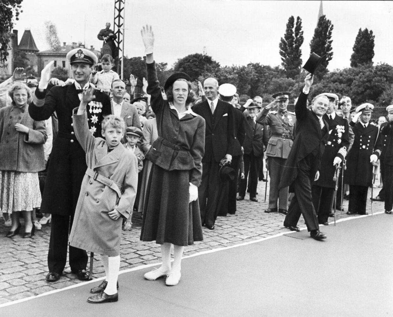 Arveprins Knud med datteren Elisabeth og sønnen Ingolf vinker farvel til kongeparret Frederik IX og dronning Ingrid, der rejser til Færøerne. Th. statsminister Hans Hedtoft, der i dagens anledning er i jaket og høj hat.