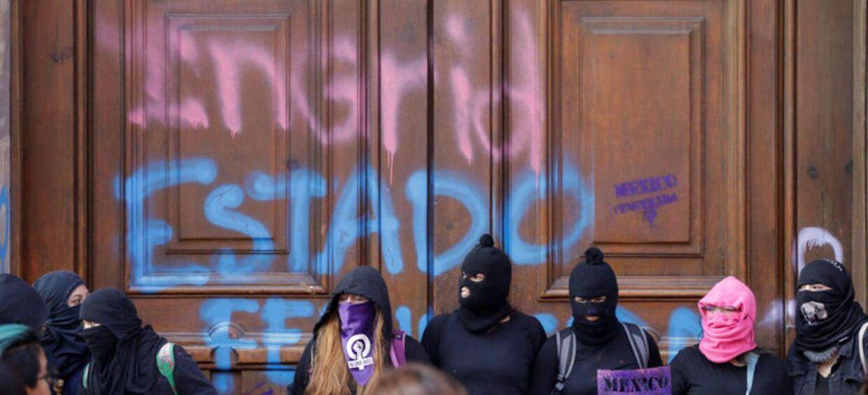 Folk protesterer mod drab på kvinder i Mexico City.