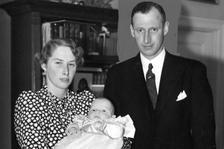 Grev Ingolfs forældre, arveprins Knud og prinsesse Caroline Mathilde, var fætter og kusine. Her ses de med den lille Ingolf i favnen.
