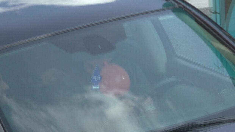 Privatoptagelser fra Nørrebro i København viser unge, som indtager lattergas, mens de kører bil. Det er ulovligt, siger politiet, men de kan ikke gøre noget ved de påvirkede bilister. (Foto: TV 2 LORRY)