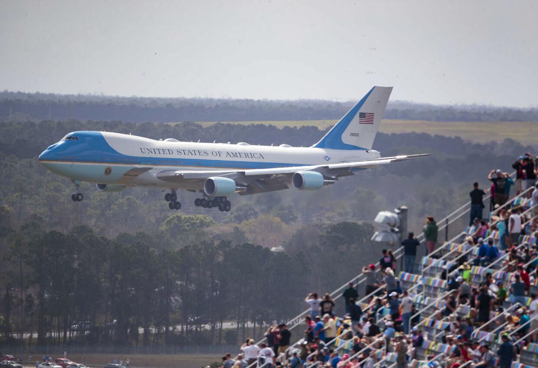 Festen i Daytona Beach, Florida startede med en såkaldt fly-over med Trumps præsident-fly, Air Force One.
