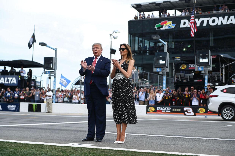 Donald og Melania Trump modtager NASCAR-folkets hyldest.