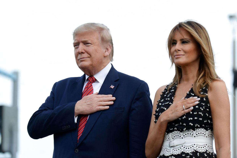 Donald Trump og førstedame Melania Trump lytter til nationalsangen 'Star Spangled Banner' ved NASCAR Daytona 500 i Daytona Beach, Florida.