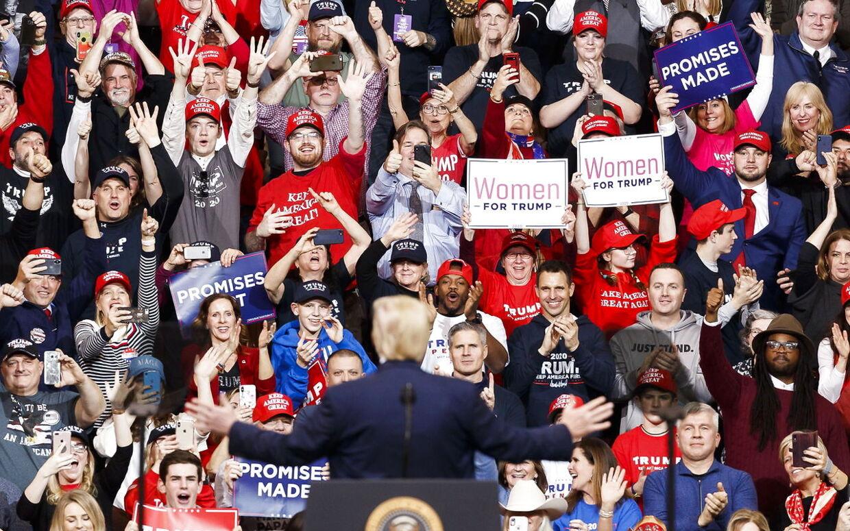 Til vælgermøde i New Hampshire. Trump soler sig i publikums begejstring.