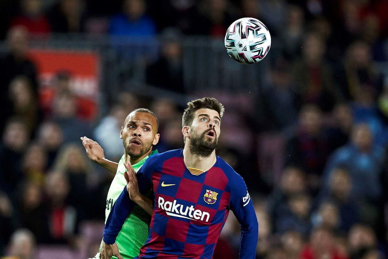 Martin Braithwaite ses her i en duel med Barcelona-stjernen Gerard Pique - om kort tid kan de to være holdkammerater.