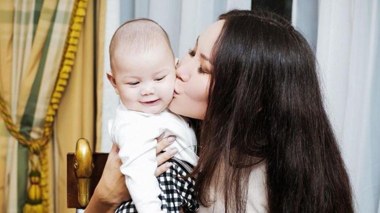 Den russiske skønhedsdronning Oksana Voevodina med sin søn, Leon, som hun hævder, at den tidligere konge i Malaysia er far til.