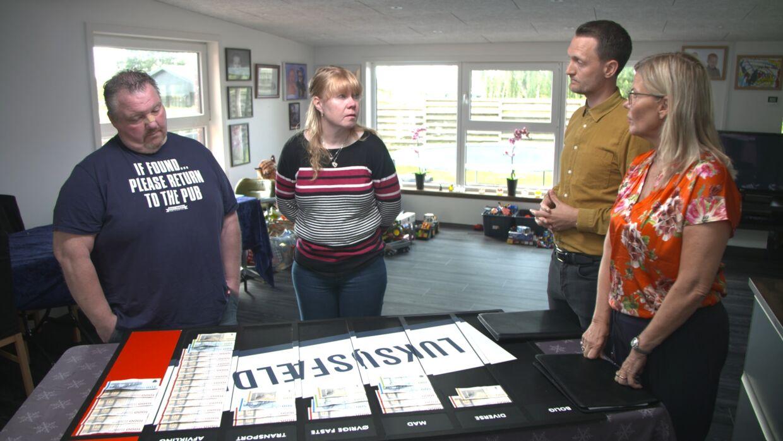 Heidi præsenteres for sit overforbrug af eksperterne Mette Reissmann og Kenneth Hansen. Foto: NENT GROUP/Viaplay og TV3.