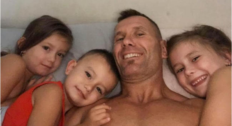 Rowan Baxton med sine tre børn.