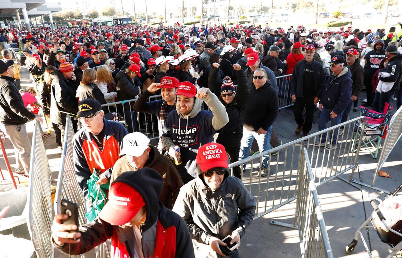 Folk står i lange køer for at se Trump.