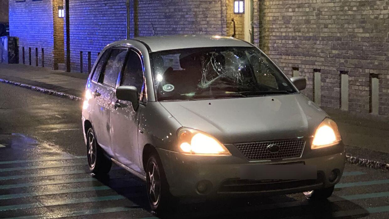Politiet er massivt til stede omkring en bil med smadret forrude på Scandiagade i Valby.