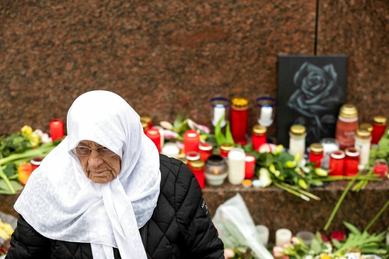 TOPSHOT - A veiled woman pays her respect at a makeshift memorial set up at the market square (Marktplatz) in Hanau near Frankfurt am Main, western Germany on February 21, 2020, two days after a gunman killed nine in a racist attack. - Following a right-wing extremist attack in Hanau, German ministers announced on February 21, 2020 boosted security measures and police presence after a racist gunman killed nine, with Berlin under pressure from threatened communities to tackle a wave of extreme-right violence. (Photo by Odd ANDERSEN / AFP)