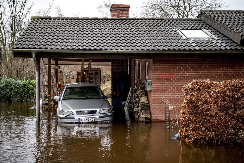 Vandet i Storåen får vandet til at stige i Holstebro by. Foto: Morten Stricker
