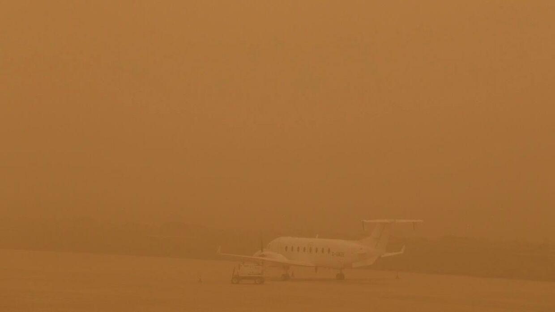 Et fly holder parkeret i Las Palmas' lufthavn på Gran Canaria på grund af sandstormen.