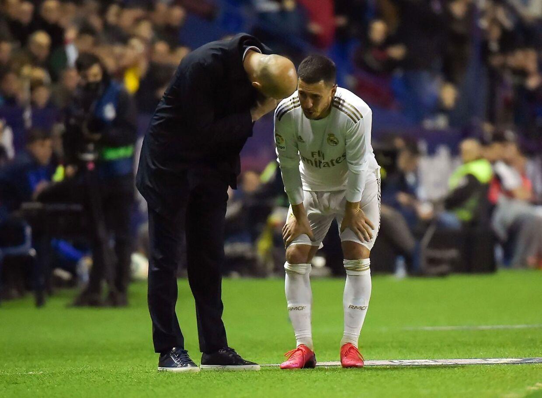 Zinedine Zidane kigger til, mens Eden Hazard humper fra banen.