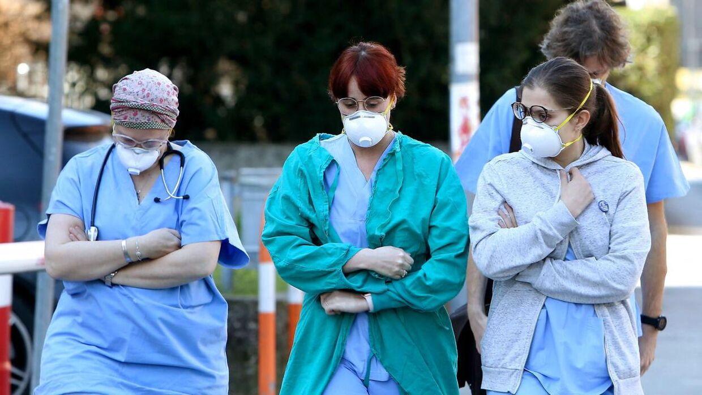 Sundhedspersonale på hospitalet i Padua i Veneto region i det nordlige Italien bærer masker.