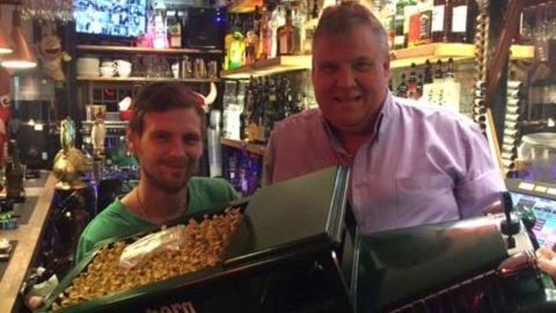 Peter Larsen til højre i billedet ejer Freddys Bar, som har doneret 15.000 kroner til fonden Børns Velfærd, der nu beskyldes for snyd. Her står han i sin bar.
