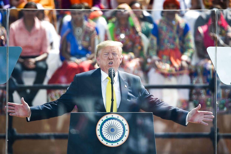 Donald Trump bag skudsikkert glas: 'USA elsker Indien.'