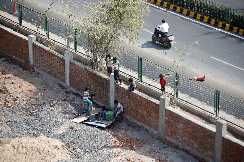 Før Trumps besøg i Indien byggede regeringen en solid mur omkring diverse slumområder.