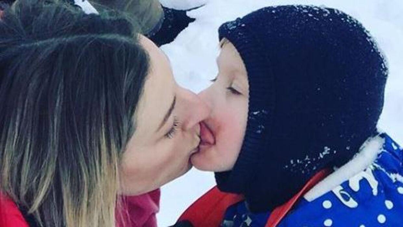Annemette Voss slikker snot af sin søn.