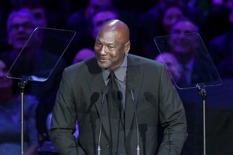 Der var også plads til et smil på scenen og i salen under Michael Jordans tale.