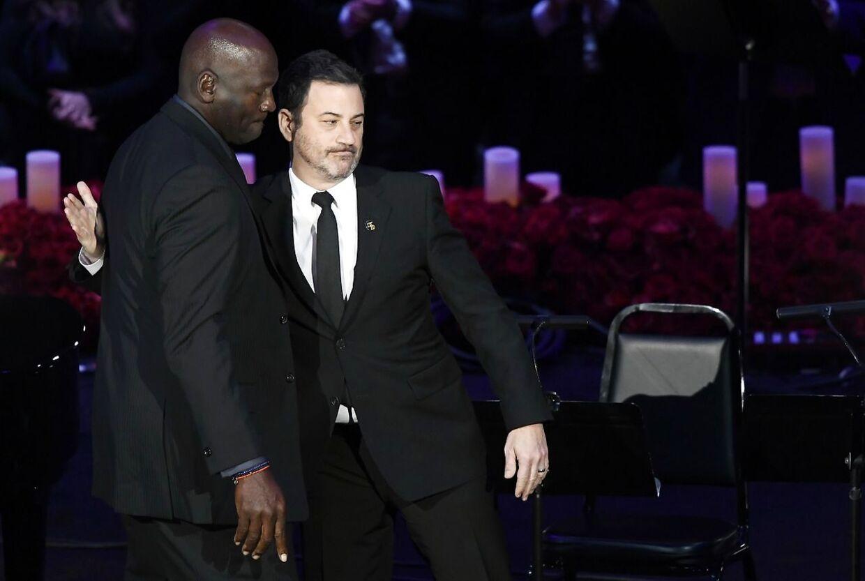 Talkshow-vært Jimmy Kimmel byder Michael Jordan velkommen på scenen.