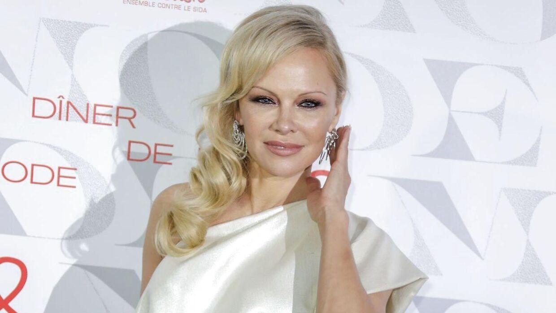 Pamela Anderson nægter at have giftet sig med Jon Peters for pengenes skyld.