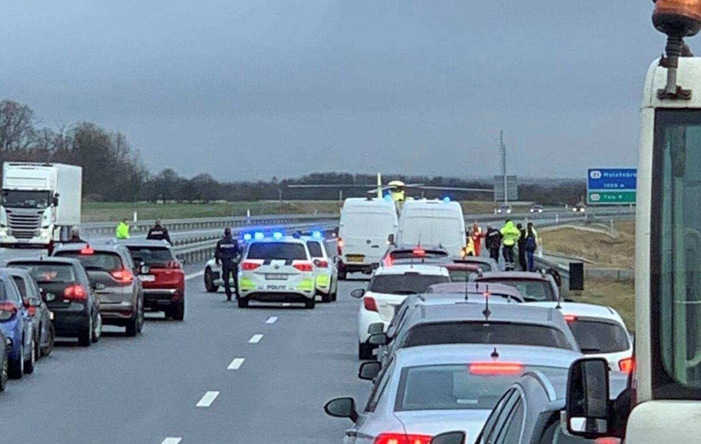 Uheld på Holstebor Motorvejen, hvor en helikopter tidligere landede på vejen.