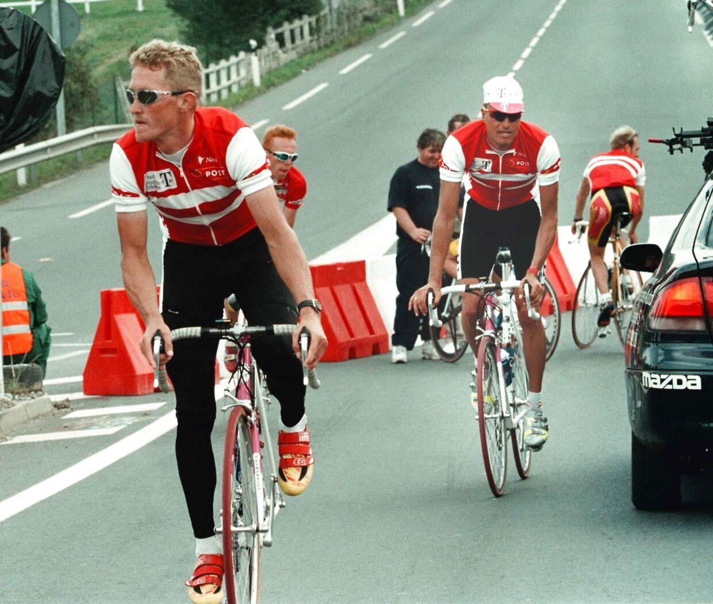 Brian Holm (tv.) og Bjarne Riis (med kasket) under deres aktive cykelkarriere.