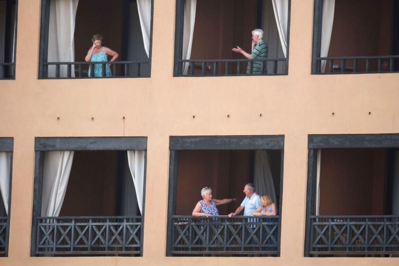 Gæster på H10 Costa Adeje Palace Hotel i La Caleta på Tenerife, hvor op mod 1.000 gæster er sat i karantæne.