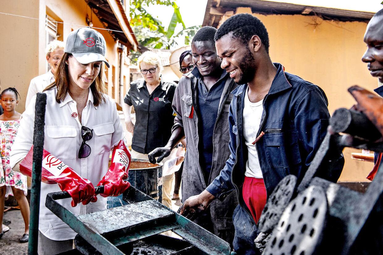 Prinsesse Marie tog de røde gummihandsker i brug onsdag i Uganda.