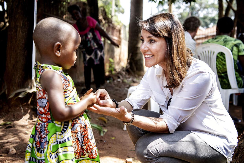 HKH Prinsesse Marie hilste på en lille flygtninge-pige fra Sydsudan under besøget hos en organisation, der hjælper flygtningefamilier.