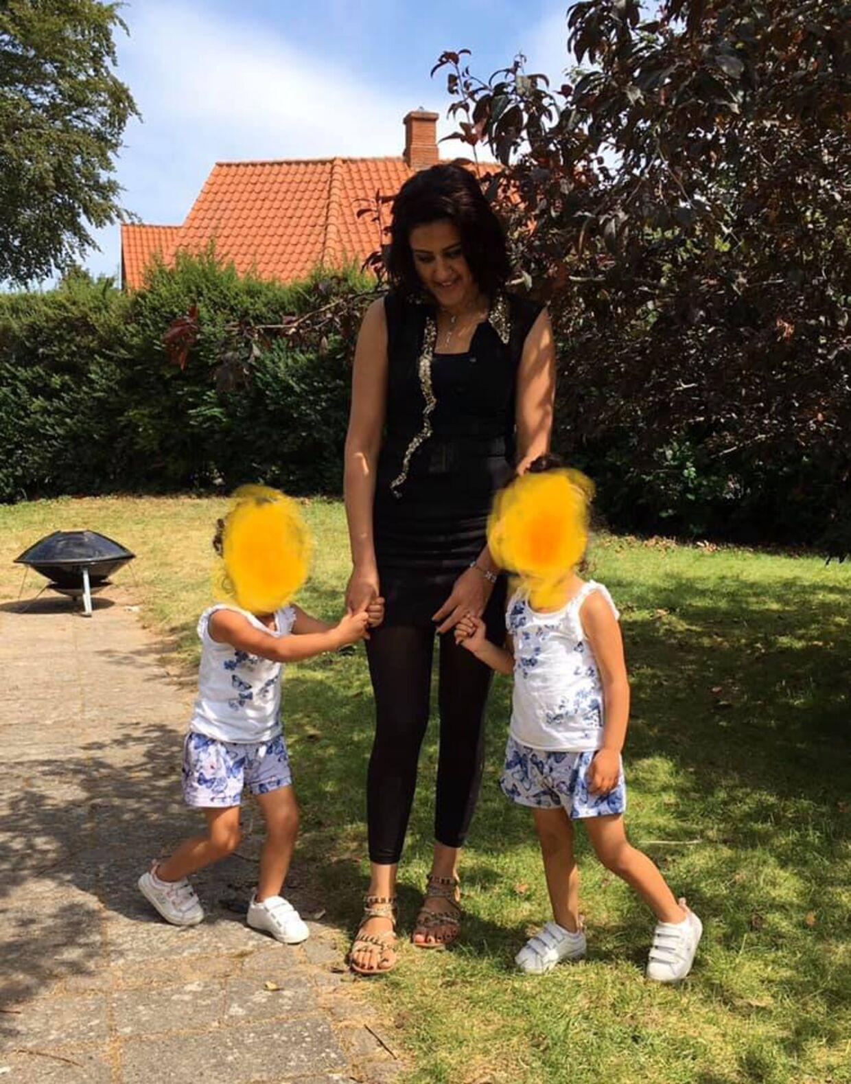 Den 27-årige syrisk-kurdiske Huda Ali Ahmad sammen med sine to yngste børn. Huda ville skilles fra sin kontrollerende mand og leve efter danske normer. Det har nu på grusum vis kostet hende og hendes ni-årige søn Assad livet. Begge er blevet dræbt ved stening under et ophold i Syrien.
