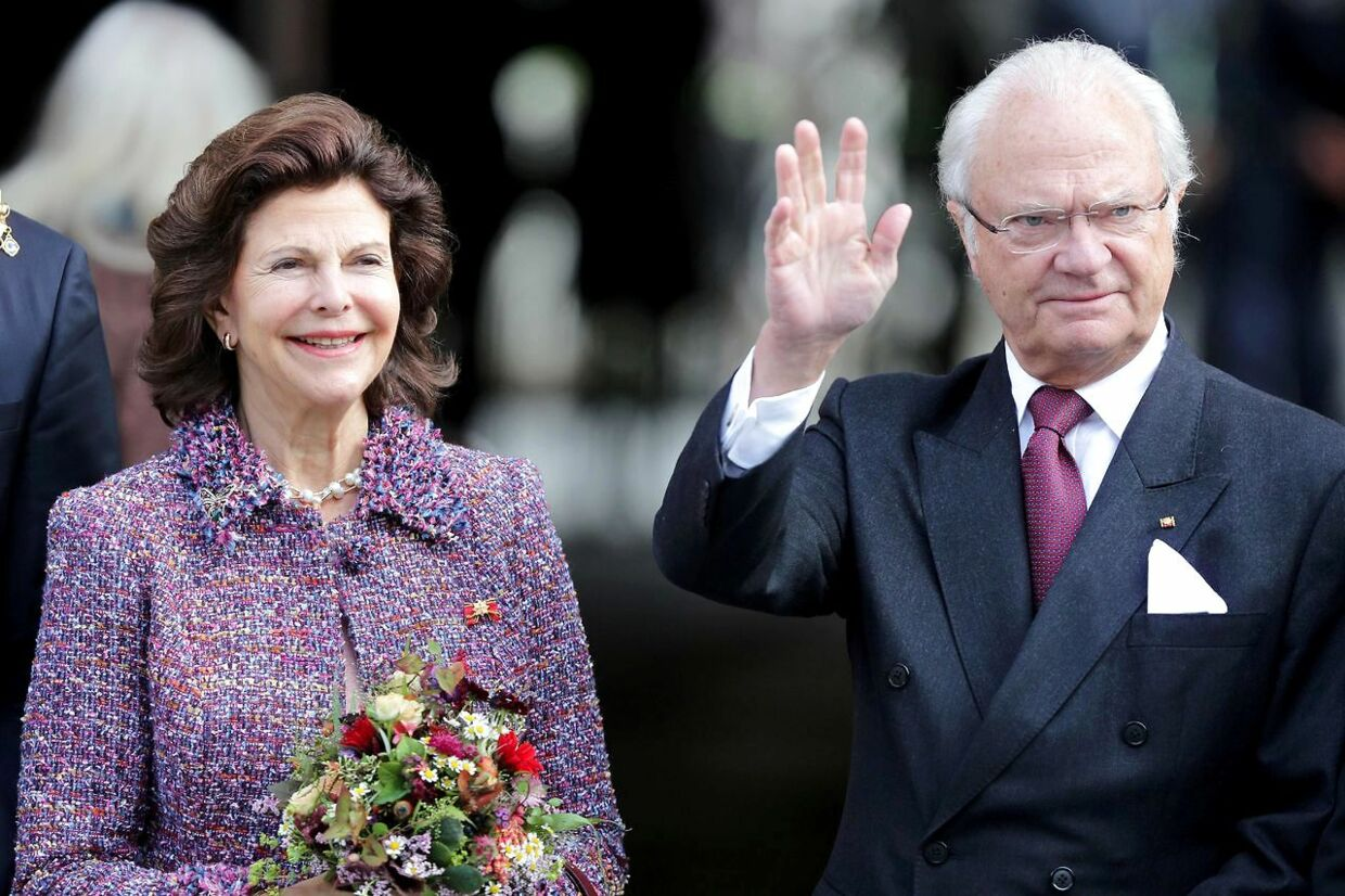King Carl Gustav of Sweden (R) and Queen Silvia of Sweden pose for photographers during a visit to Saxony-Anhalt's Wittenberg, the city of Luther, on October 8, 2016. / AFP PHOTO / dpa / Jan Woitas / Germany OUT