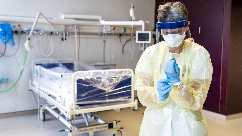 Ledende oversygeplejerske på infektionsmedicinsk afdeling Helle Ingmer ifører sig det beskyttelsesudstyr, som læger og sygeplejersker skal være klædt i, i tilfælde af at coronavirussen skulle sprede sig.