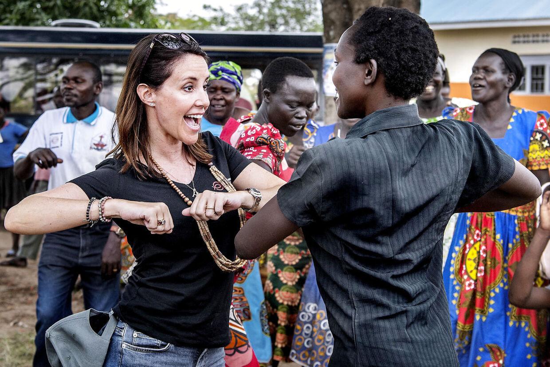 Prinsesse Marie var frisk på en lille stammedans med de lokale kvinder i Uganda fredag.