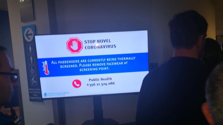 Informationsskilte om, at passagererne i lufthavnen skal tjekkes for coronavirus (Foto: Ursula Sommer)