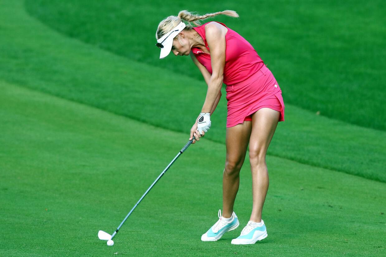 Paige Spiranac i aktion på golfbanen.