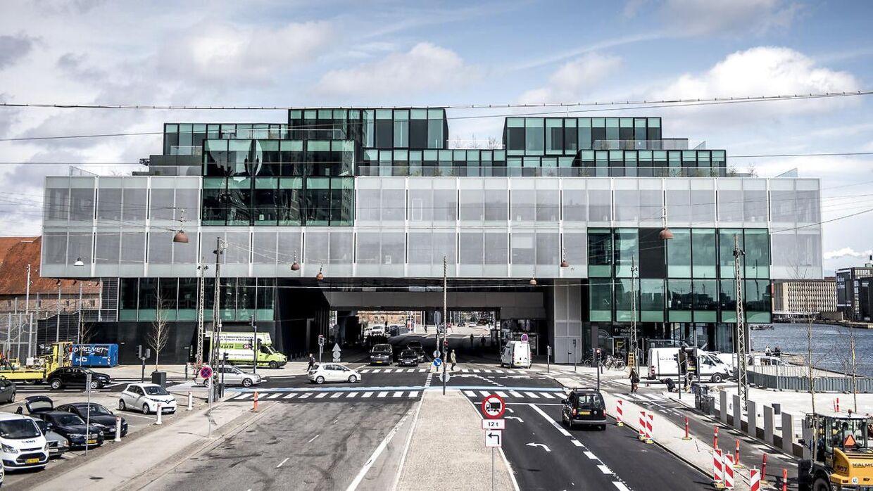 Blox ligger mellem Langebro og Det Kongelige Bibliotek i København. Bygningen huser Dansk Arkitetur Center (DAC).