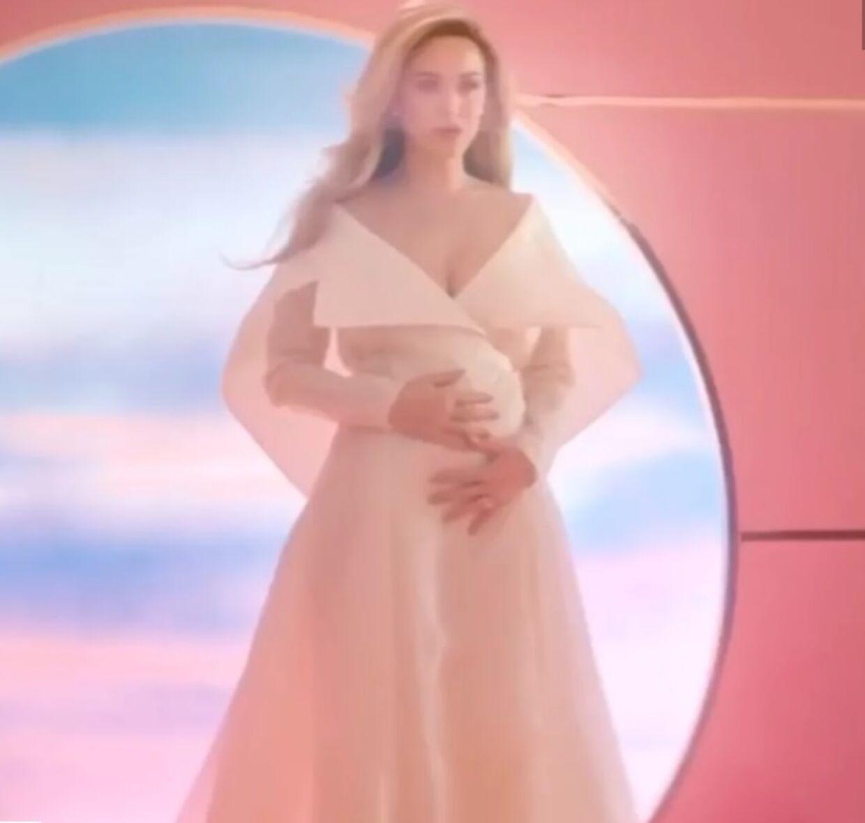 Katy Perry i musikvideoen, hvor hun afslører, at hun venter sig.